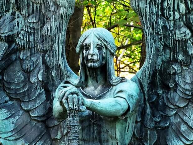Жуткие скульптуры на кладбищах