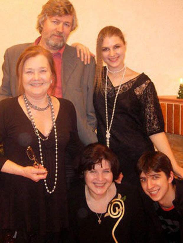 Тимофей Спивак, Марьяна Спивак (рядом с отцом), Жанна Прохоренко (внизу слева), Екатерина Васильева и Кирилл Петров