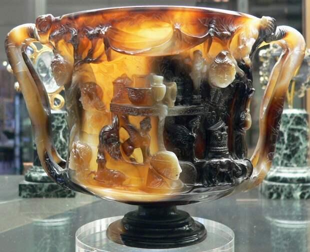 Кубок Птолемея. Двуручная чаша из оникса или халцедона с резьбой по типу камеи. Хранится в Национальной Библиотеке (Кабинет медалей), Париж. Высота 8.4 см, диаметр 12.5 см