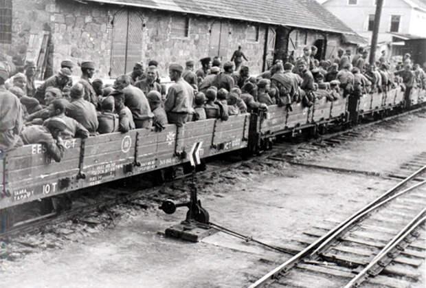 Военнопленные на открытых железнодорожных платформах. 1941 год
