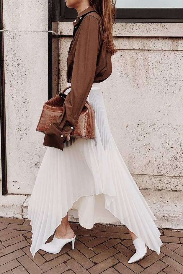 Девушка в коричневой блузке, белая плиссированная юбка миди и босоножки