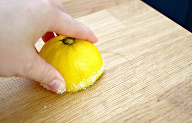 Как с помощью лимона и соли удалить неприятные запахи с разделочной доски.