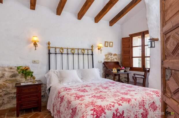 Светлая спальня в частном доме