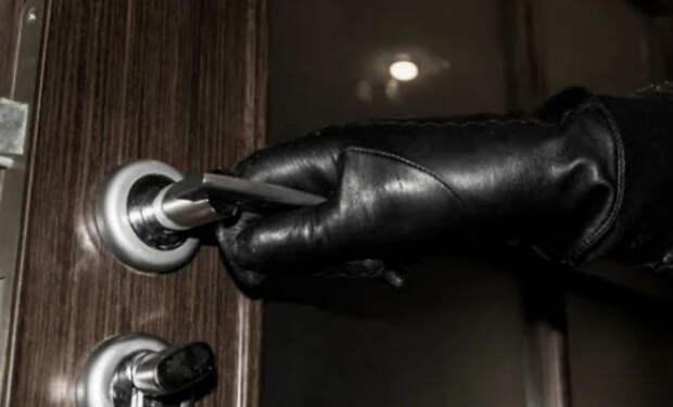 Мужчина пошел в домуправление за справкой и узнал, что квартира уже не его: новый способ мошенников