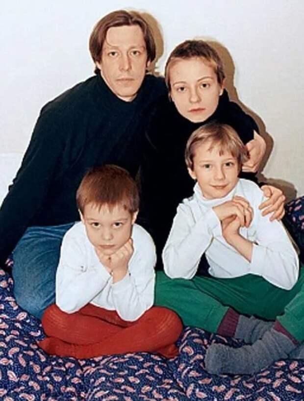 Евгения Добровольская и Михаил Ефремов с детьми. / Фото: www.yandex.net