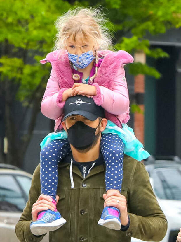 Редкий выход: Блейк Лайвли и Райан Рейнольдс на прогулке с дочерью Инес в Нью-Йорке