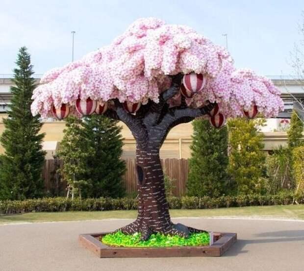 Сотрудники японского Лего-парка собрали цветущую сакуру из 880 000 деталей Лего