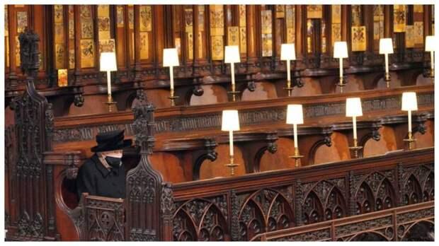 Фото Елизаветы II с похорон супруга вызвало бурную реакцию в Сети
