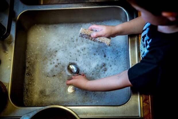 Специалист семейного центра «Сокол» рассказал, как приучить ребенка к домашним обязанностям
