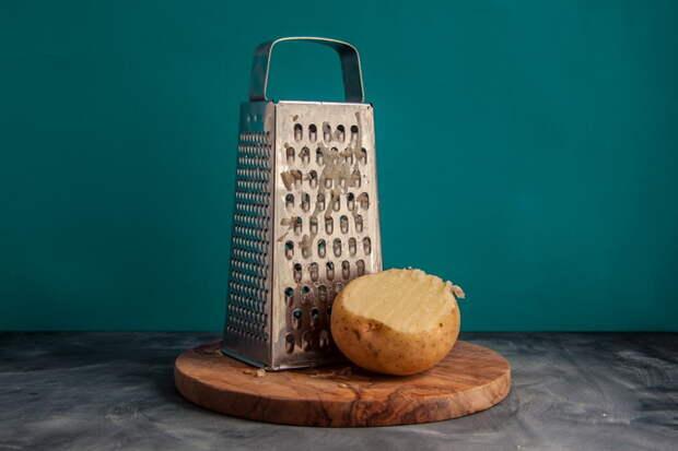 Сырой картофель поможет отчистить терку от сыра.