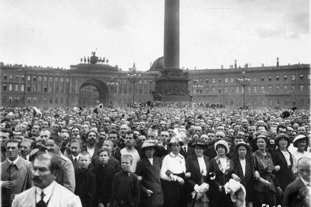 Санкт-Петербург. Дворцовая площадь. Объявление войны. 2 августа 1914 года.