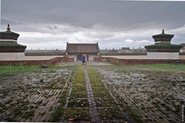 Один из самых крупных и знаменитых мемориальных комплексов Монголии, сохранившийся до наших дней, посвящен Бильге-кагану...