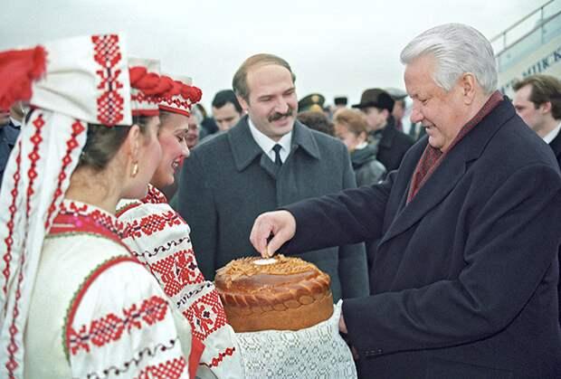 Президент Белоруссии Александр Лукашенко встречает президента России Бориса Ельцина на аэродроме в Минске, 1995 год