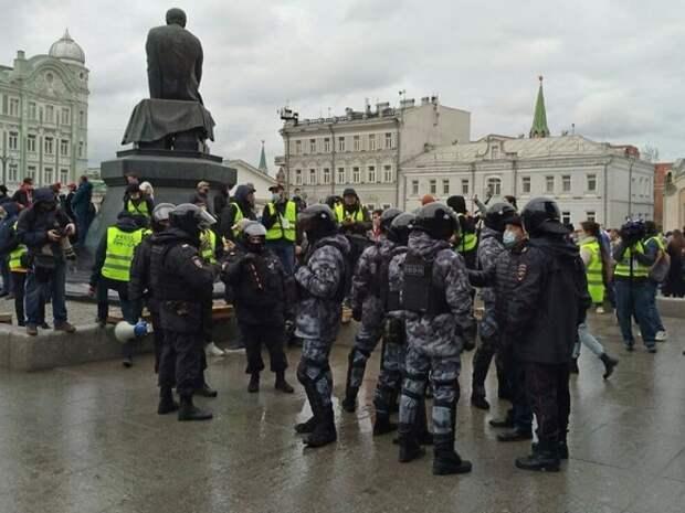 Протестующие скапливаются на центральных улицах Москвы, полиция перегораживает Тверскую