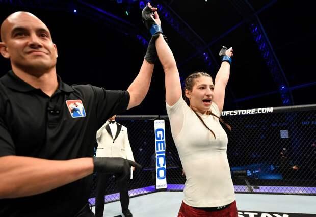 Девушка-боец из «Ахмата» снова выступила в UFC. Джоджуа победила, заставив соперницу закричать