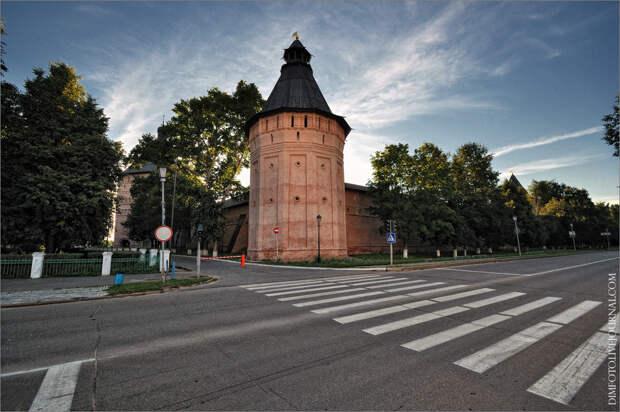 Мощная угловая башня Спасо-Евфимиева монастыря со стороны Красной площади по улице Ленина