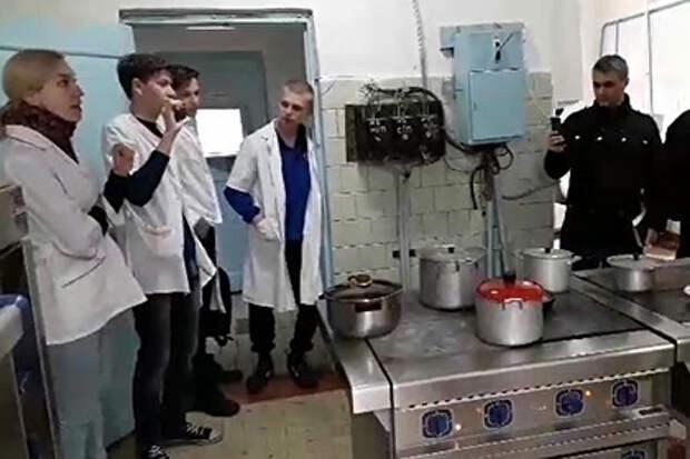Российские врачи забаррикадировались от ОМОНа в закрытом тубдиспансере