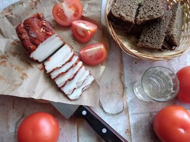 Фото к рецепту: Закусочное сало в луковой шелухе