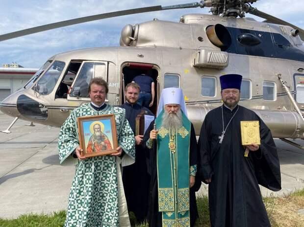 «Трижды осенил иконами город на Неве». Митрополит Варсонофий совершил божественный облёт на вертолёте против пандемии