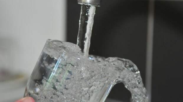 Диетолог назвала опасность употребления воды перед сном