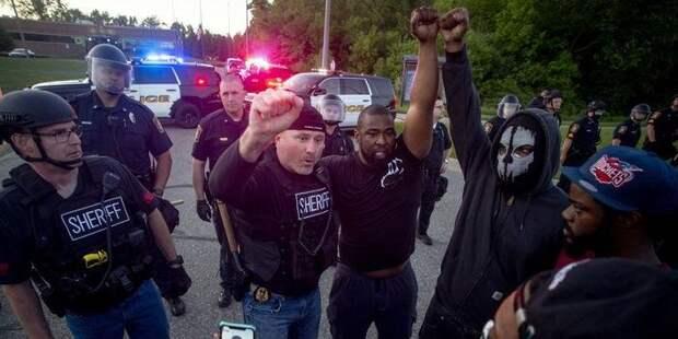 Силовики начали присоединяться к протестующим в США