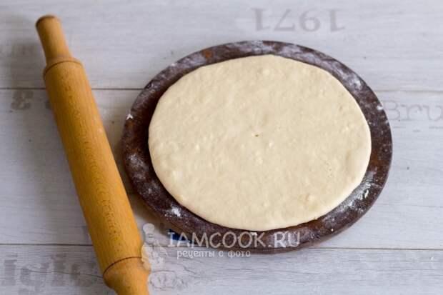 Раскатать тесто с сыром в лепешку