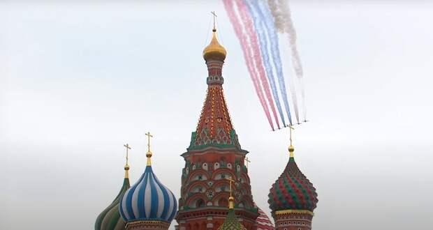 Российский триколор появился в небе над Москвой во время воздушного парада в честь Дня Победы