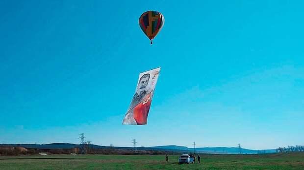 Федерация бокса Крыма вчесть 75-летия Дня Победы подняла ввоздух 40-метровые портреты Сталина иЖукова