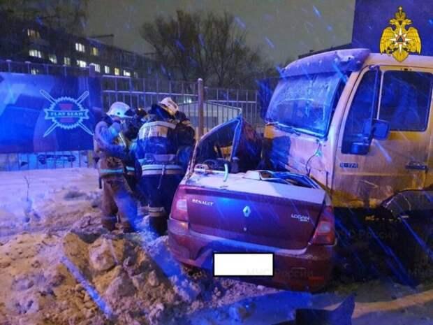 Грузовик протаранил легковушку в Калуге: погибли двое