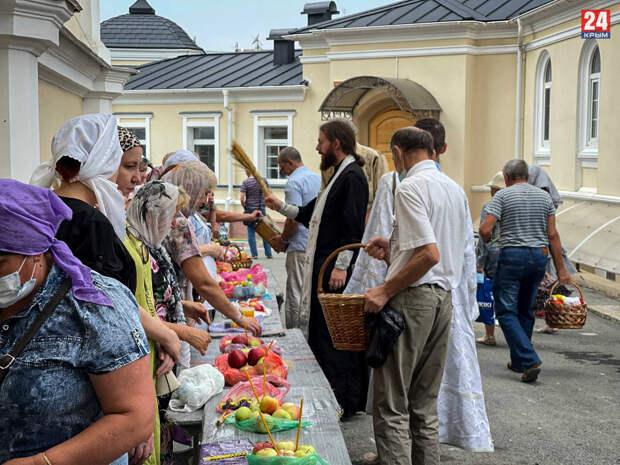 В Симферополе отмечают Яблочный Спас. ФОТОРЕПОРТАЖ