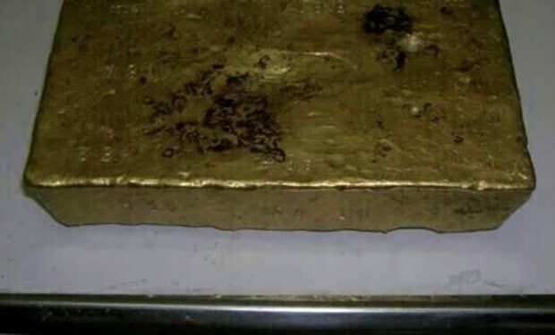Золотой клад в кирпиче: соскоблил краску и показалось золото