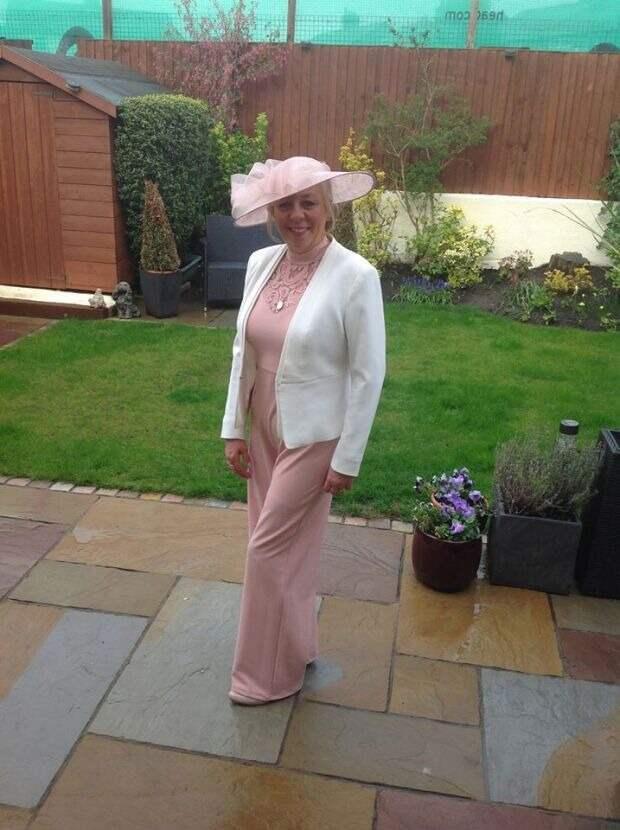 Поклонницы скачек публикуют фото в лучших нарядах и шляпках, празднуя День Леди в самоизоляции