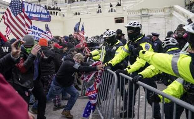 На фото: ситуация в здании Конгресса США в Вашингтоне 6 января