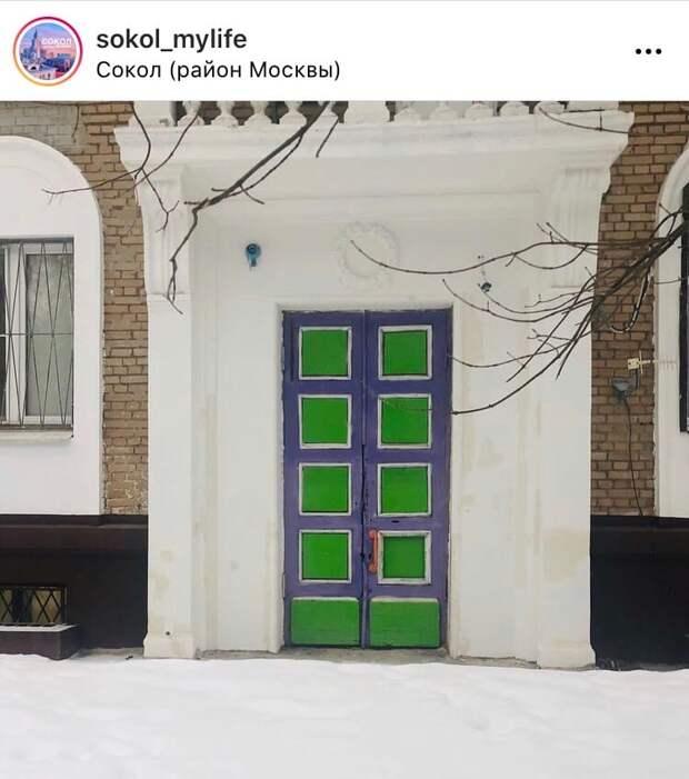 Фото дня: яркие входные двери Сокола