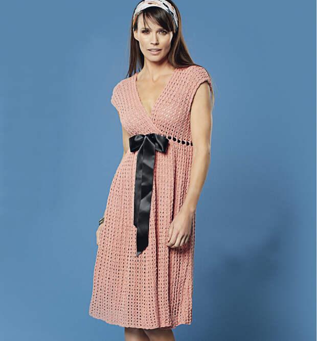 Ажурное платье с завышенной талией спицами