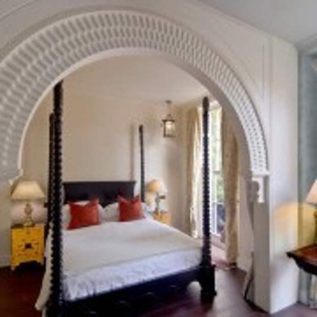 Аркообразная дверь в спальне