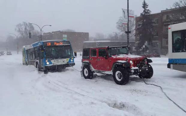 Могут ли три внедорожника вытянуть автобус из сугроба? Ответ на видео