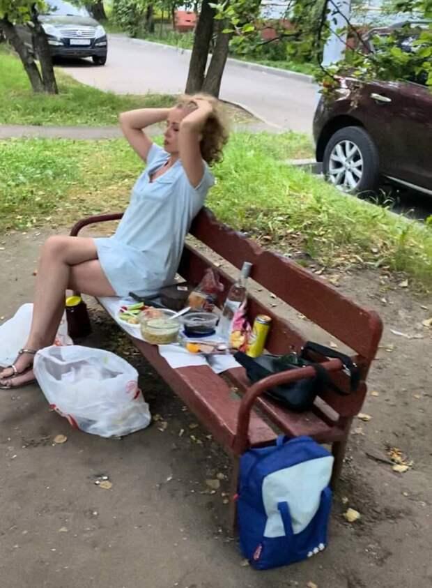 """Врачи из """"красной зоны"""" пьют водку на детской площадке — им всё можно?!"""