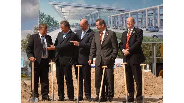 Министр транспорта Германии Вольфганг Тифензее (в центре), бургомистр Берлина Клаус Воверайт (второй слева), премьер-министр Бранденбурга Маттиас Платцек (второй справа), немецкий футбольный тренер Хартмут Медорн (слева) на церемонии закладки аэропорта, 2006 год