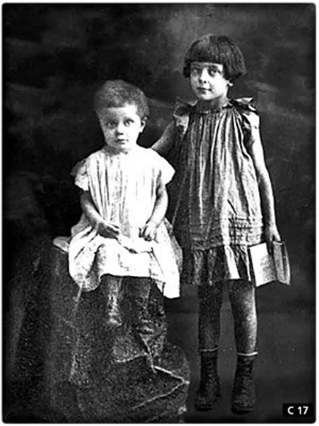 Как по разному одеты девочки: по взрослому наряжена старшая- Аля. На маленькой Ирине платье будто на вырост.