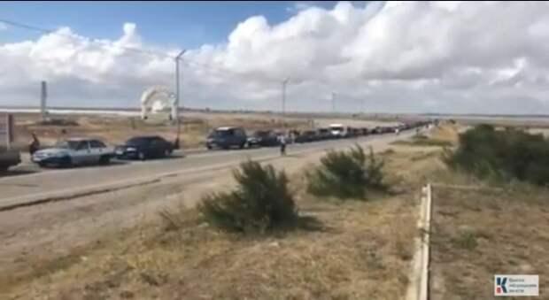 Огромные очереди автомобилей образовались на границе Крыма с Украиной (ВИДЕО)