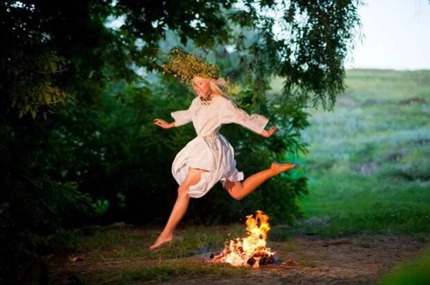 Девушки на Иван Купала прыгают через костёр