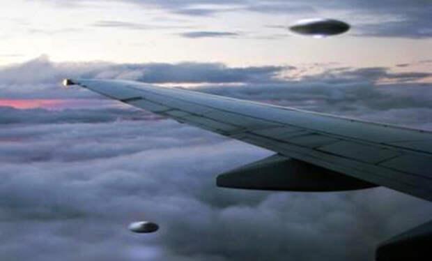Гиперкорабли летят рядом с самолётом