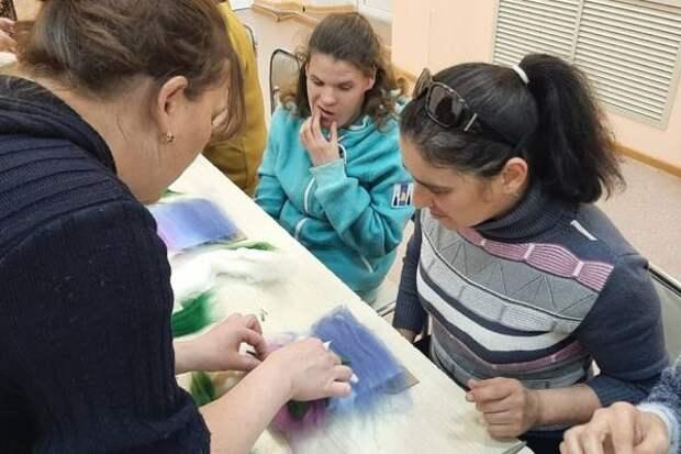 Мастер-класс по валянию картин из шерсти прошел в корсаковском селе Новиково