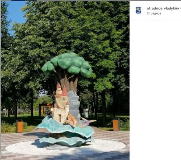 Фото дня: в Отрадном обновили дуб из сказки