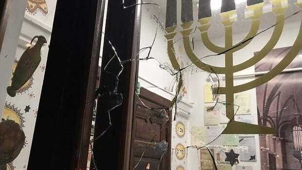 Разбитое окно синагоги в Гданьске. Фото: еврейская община Гданьска (Photo: Jewish Community of Gdańsk)