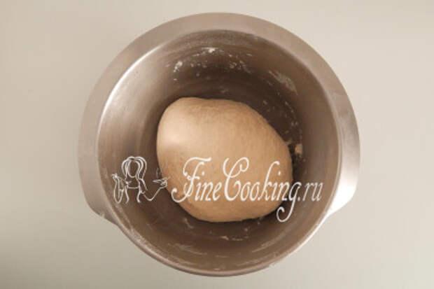 Замешивать такое тесто нужно довольно долго: руками - минут 15, а тестомес или хлебопечка справятся минут за 10-12