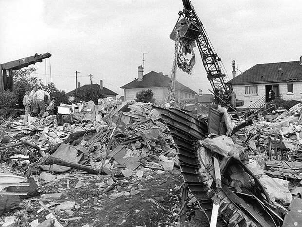 3 июня 1973 года во время демонстрационного полета на авиашоу в Ле-Бурже (Франция) разбился самолет Ту-144. Погибли шесть членов экипажа и семь жителей городка Гуссенвиль, на который упал самолет. Эксперты заявили, что причиной катастрофы стал сбой системы управления