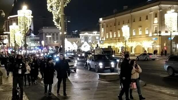 Обмотанный скотчемфрик появился на незаконной акциив Москве