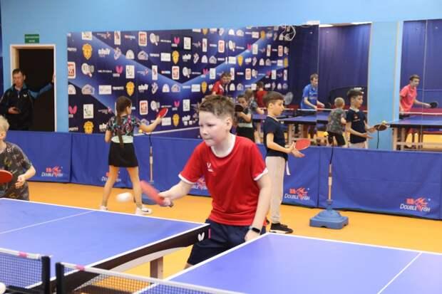Юных теннисистов Приморья тренирует чемпион России